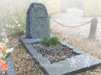 Grafmonument met boom decoratie