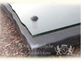 Grafzerk in lood met glas